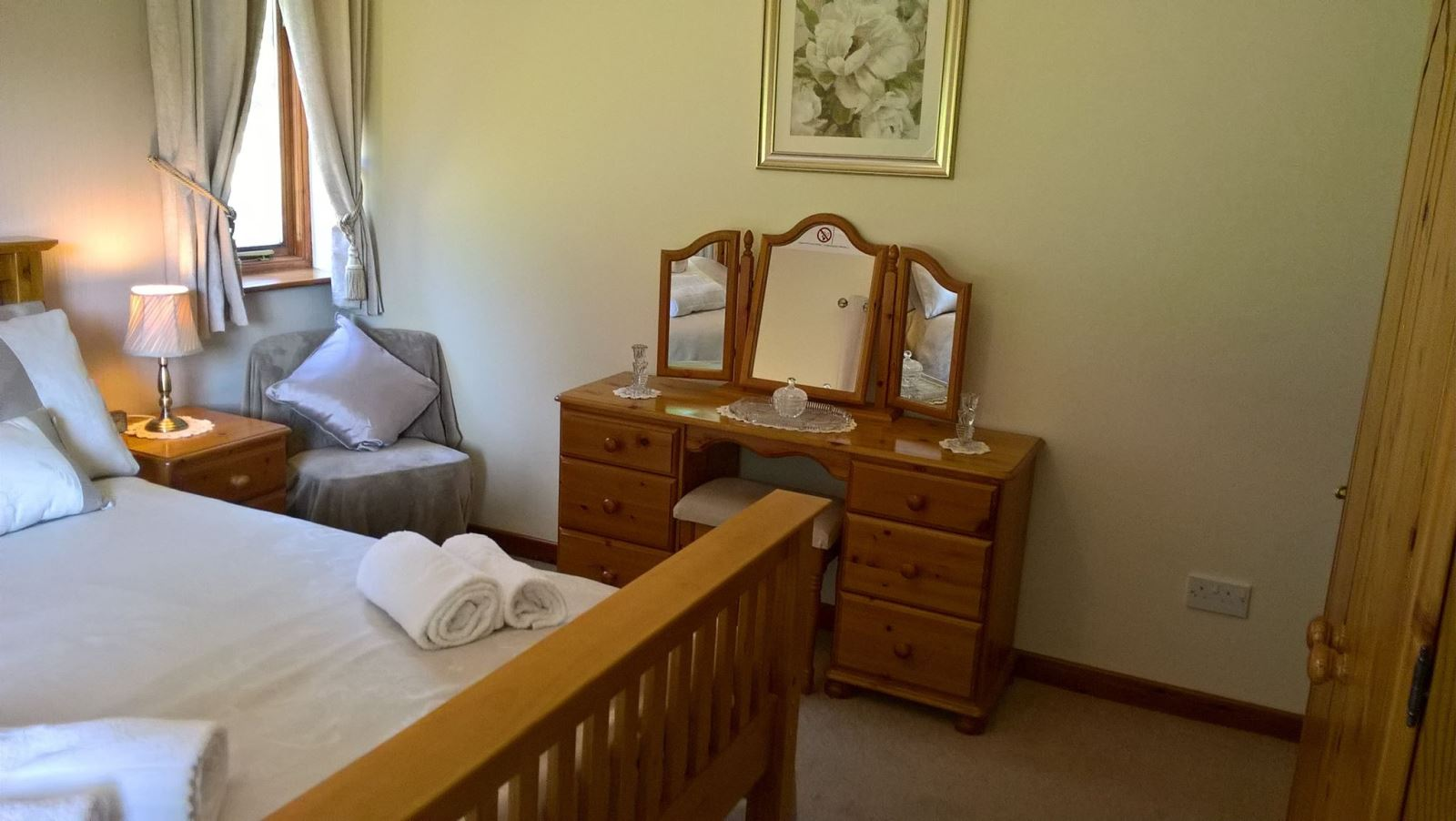 Drainbyrion Farm Accommodation Master Bedroom with Kingsize Bed